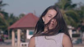 Милая девушка с волосами на беседах стороны на замедленном движении курорта видеоматериал