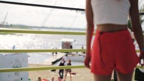 Милая девушка с красными завивая волосами в белых танцах футболки и шортов на курорте видеоматериал