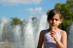 Милая девушка с мороженным Стоковые Изображения RF