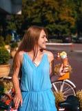 Милая девушка с мороженым стоковое фото