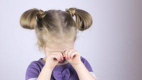 Милая девушка тереть ее глаза видеоматериал