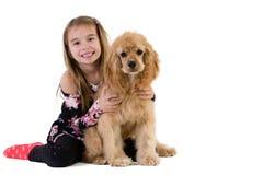 Милая девушка усмехаясь пока держащ ее милый любимчика Стоковое Изображение RF