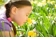 милая девушка цветков меньший пахнуть портрета Стоковое Изображение