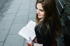 Милая девушка читая книгу, уча Стоковое Изображение RF