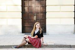 Милая девушка читая книгу, уча Стоковая Фотография