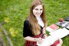 Милая девушка читая книгу, уча Стоковое фото RF