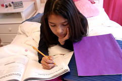 милая делая домашняя работа предназначенная для подростков стоковое изображение