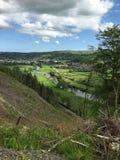 Милая деревня в вэльсе при река извиваясь до конца Стоковое Изображение RF