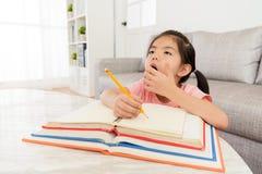 Милая домашняя работа школы сочинительства студента маленькой девочки Стоковое Фото