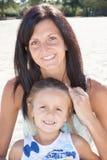 Милая дочь девушки и молодая мать на тропическом пляже Стоковая Фотография RF