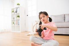 Милая дочь детей девушки играя видеоигры Стоковое Фото