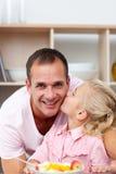 милая есть девушка плодоовощ отца ее немного Стоковое Фото