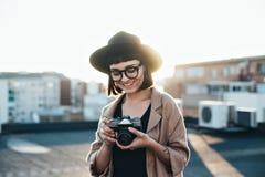 Милая женщина битника держит винтажную камеру Стоковая Фотография