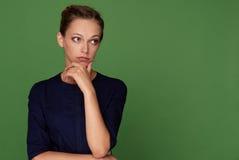 Милая женщина брюнет смотря прочь имеющ сомнительное Стоковая Фотография