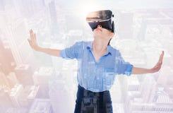 Милая женщина в руках и смотреть шлемофона VR распространяя вверх Стоковая Фотография