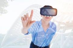 Милая женщина в указательном пальце повышения шлемофона VR Стоковое Изображение