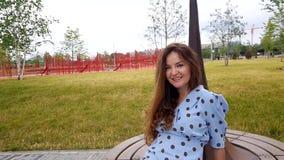 Милая женщина закручивая на Суд в парке сток-видео