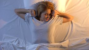 Милая женщина легко просыпая-вверх с солнечностью утра, здоровый спать, взгляд сверху сток-видео