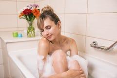 милая женщина ослабляя в bathroom стоковые фотографии rf