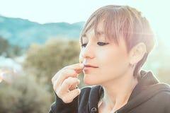 Милая женщина пахнуть цветком стоковые фото