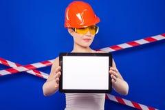 Милая женщина построителя в белой рубашке, поясе построителя, шлеме, строении Стоковое фото RF