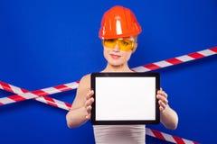 Милая женщина построителя в белой рубашке, поясе построителя, шлеме, строении Стоковое Изображение RF