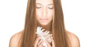 Милая женщина при seashell изолированный на белизне. Стоковое фото RF