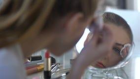 Милая женщина проверяя качество нового карандаша брови, красоту отклоняет, женственность акции видеоматериалы