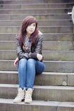 Милая женщина сидя на шагах Стоковые Изображения
