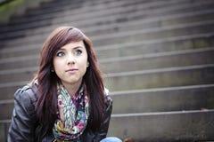 Милая женщина сидя на шагах Стоковое фото RF