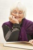 милая женщина старшия чтения Стоковые Изображения
