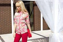 Милая женщина стоя outdoors Стоковые Фотографии RF