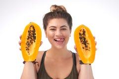 Милая женщина с аппетитной папапайей Стоковое Изображение