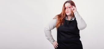 Милая женщина с диаграммой размером плюс представлять на камере Стоковое Фото