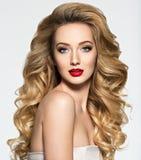 Милая женщина с длинными волосами и красными губами стоковые изображения