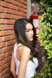 Милая женщина с естественной красотой усмехаясь на камере Молодость и ha стоковая фотография rf