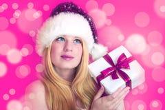 Милая женщина с подарком рождества стоковое фото rf