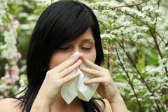 милая женщина sneeze Стоковые Фото