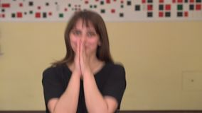 Милая женщина yoong выучила приятные новости и счастлива со что было услышано Милая кавказская девушка сотрясла, говорить ВАУ видеоматериал