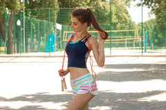 Милая жизнерадостная девушка спорт с веревочкой скачки на ее шеи Стоковое фото RF