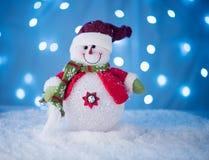 Милая игрушка снеговика на голубой предпосылке с Стоковое фото RF