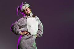 Милая и шаловливая девушка в полном костюме зайчика тела Стоковое Изображение