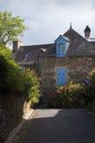 Милая каменная дом с голубыми окнами Стоковые Фото