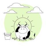 Милая корова с ведром молока Трава, солнце и облака Стоковые Фотографии RF