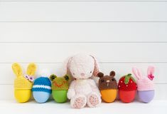 Милая кукла зайчика плюша с красочными пасхальными яйцами с вязанием крючком Eas стоковая фотография