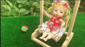 Милая кукла, отбрасывая на игрушки отбрасывает сток-видео