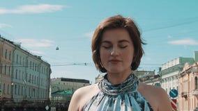 Милая маленькая девочка в запятнанном платье представляя на береге реки в старом центре города видеоматериал