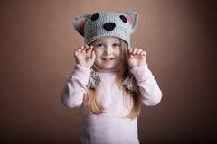 Милая маленькая девочка в костюме кота стоковая фотография