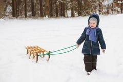 Милая маленькая девочка в лесе на холодный зимний день с скелетоном Стоковое Фото