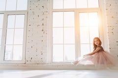 Милая маленькая девочка в платье стоковая фотография